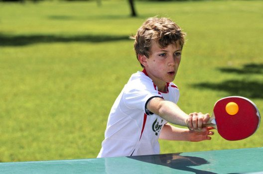 Wer professionell Tischtennis spielen will, sollte vor dem zehnten Lebensjahr mit dem Training beginnen. (Bild: JJ pixs – shutterstock.com)