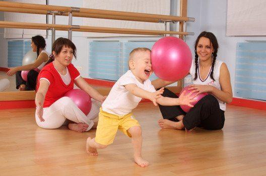 Eltern-Kind-Turnen haben die meisten Sportvereine im Programm. (Bild: Sergey Chirkov – shutterstock.com)