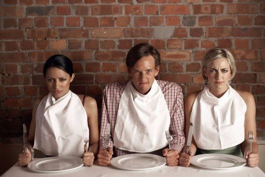 Wenn Sie beim Essen Ihre Kleidung schützen  wollen, dürfen Sie die Serviette halb gefaltet in Ihren Schoss legen. (Bild: © Volt Collection - shutterstock.com)