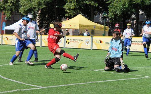Beim Blindenfussball dürfen nur die Torwarte sehend sein. (Bild: © Bettina Hielscher)