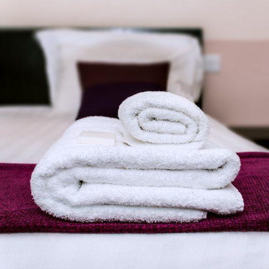 Für die Unterbringung von Gästen eignet sich ein Bettsofa als Alternative zum klassischen Gästebett. (Bild: © Altin Osmanaj - shutterstock.com)