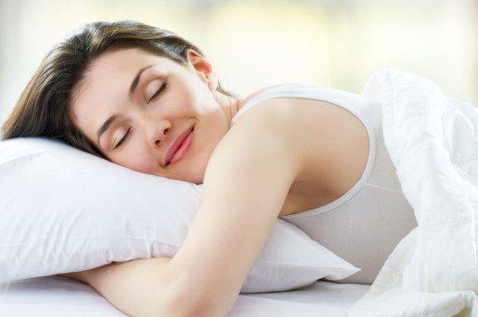 Hochwertige Bettsofas gewährleisten einen gesunden und erholsamen Schlaf. (Bild: Yuganov Konstantin - shutterstock.com)