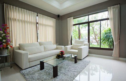 Tolle Vorhänge verschönern jeden Raum. (Bild: © Det anan - shutterstock.com)