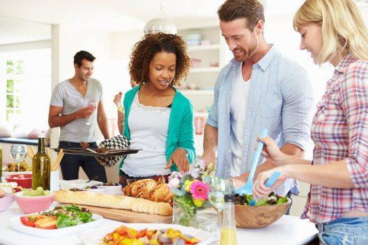 Damit die Feier in der Wohnung gelingt, muss alles schön hergerichtet sein. (Bild: © Monkey Business Images - shutterstock.com)