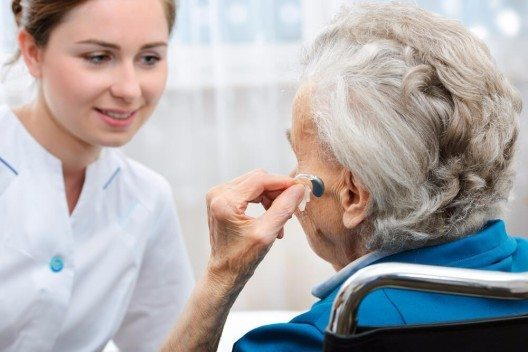 Der Besuch beim HNO-Arzt sollte so selbstverständlich sein wie der Gang zum Optiker oder Augenarzt. (Bild: © Alexander Raths - shutterstock.com)