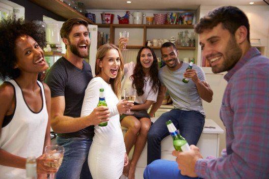 Tipps: Viel Platz schaffen für die Feier in der Wohnung. (Bild: © Monkey Business Images - shutterstock.com)