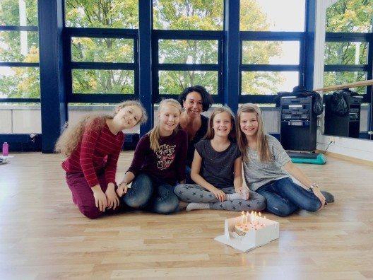 Ein «Happy Birthday» mit Kuchen für Svenja zum Schluss einer harten Probewoche. Von links: Emmie Lee, Julie, Drehbuchautorin und Schauspielcoach Szenografin Livia Ann Richard, Svenja und Luana. (Bild: © Carré Event AG)