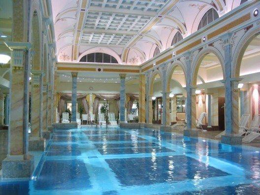 """""""Das blaue Gold"""" - So wird das körperwarme Thermalwasser in Bad Ragaz genannt. (Bild: © Peter Hansen - shutterstock.com)"""