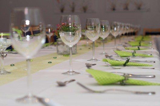 Eine attraktive Tisch- und Raumdekoration rundet das Gesamtbild harmonisch ab.