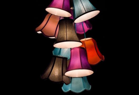 Selbstgestaltete Lampenschirme verleihen dem Raum eine persönliche Note. (Bild: pixabay.com © blickpixel, CC0 Public Domain)