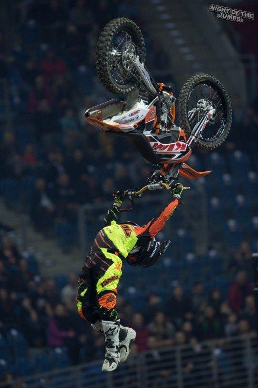 Zum 10. Mal stürmen die Freestyle Motocross Sportler der NIGHT of the JUMPs bereits die St. Jakobshalle.