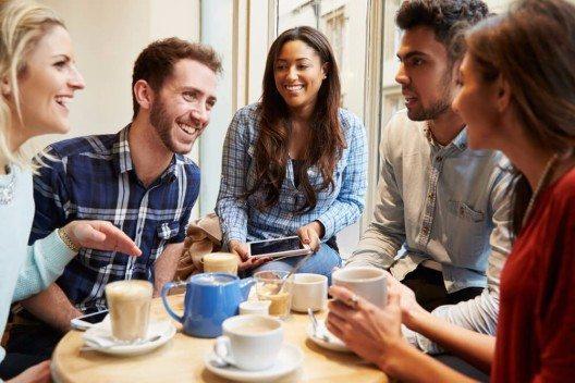Weiterhin zählen Kaffee und Tee zu den beliebtesten Getränken weltweit. (Bild: © Monkey Business Images - shutterstock.com)