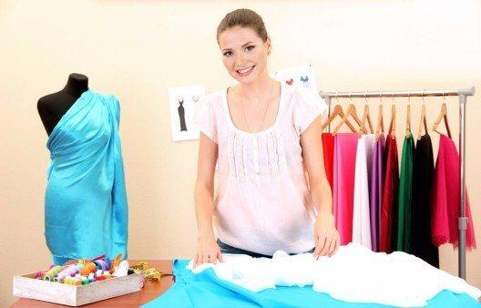 Das Schneidern und Nähen eigener Outfits liegt aktuell absolut im Trend. (Bild: © Africa Studio - shutterstock.com)