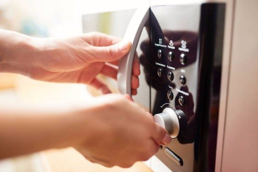 Glas mit Hot-Pots einfach in der Mikrowelle schmelzen. (Bild: © Kostenko-Maxim - Shutterstock.com)
