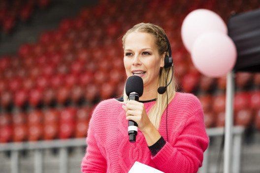 Moderatorin Linda Fäh (Bild: pink-ribbon.ch)