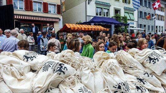 Die Stadt Sempach offerierte das traditionelle Morgenbrot - hier den Kindern von Hitzkirch. (Bild: © Staatskanzlei Luzern)
