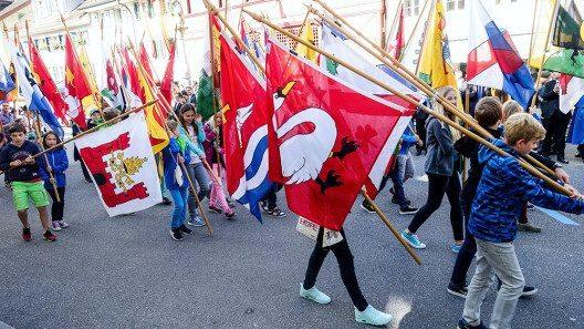 Die Kinder von Hitzkirch trugen während des feierlichen Einzugs die Fahnen aller Luzerner Gemeinden. (Bild: © Staatskanzlei Luzern)