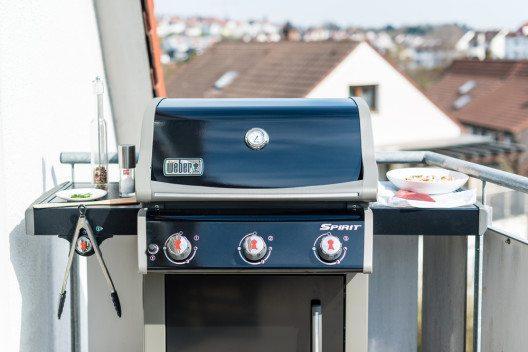 Grillieren auf dem Balkon. (Bild: © Frank Gaertner - shutterstock.com)
