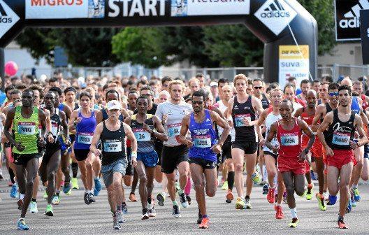USTER, 19SEP15 - Die Elite Läufer und Läuferinnen legen in der Kategorie Halbmarathon mit Schweizermeisterschaft ein horrendes Tempo vor anlaesslich des 36. Greifenseelaufs am 19. September 2015 im Zuercher Oberland.