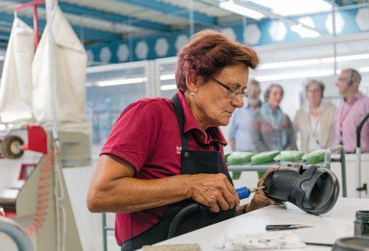 Die Herstellung des Schweizer Luftkissen-Schuh kyBoot lässt sich neu Schritt für Schritt entdecken. (Bild: © kybun AG)