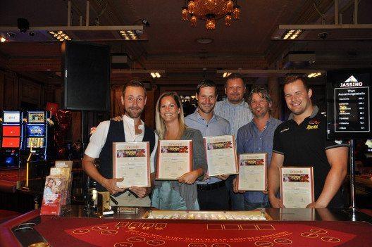 -Die stolzen Jassino-TurnierteilnehmerInnen Marco Kunz, Fabienne Bamert, Dave Zibung, Daniel Hügli und Christian Schuler (v.l.n.r.) mit Dealer Renato Meisser (hinten). (Bild: © Grand Casino Luzern)
