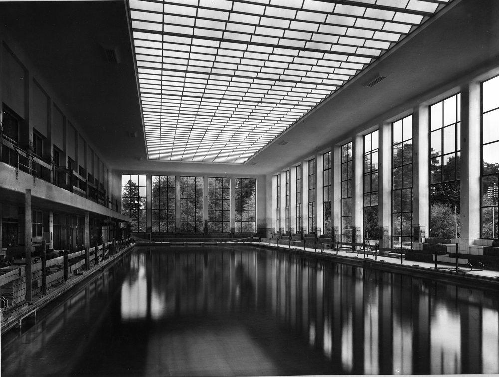 Aufnahme vor der Eröffnung des Hallenbad City – das Schwimmbecken ist bereits gefüllt, die Bauarbeiten noch nicht abgeschlossen.