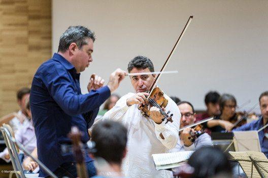 Maxim Vengerov probt mit dem Dirigenten Antoine Marguier für das Abschiedskonzert von Ban Ki-moon mit dem UN Orchester. (Bild: © obs/United Nations Orchestra)