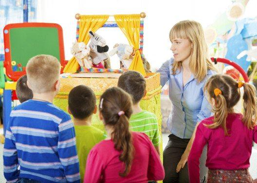 Kinder aller Altersgruppen lieben Stofftiere, die in Form einer Finger- oder Handpuppe zum interaktiven Spielen einladen. (Bild: vgajic – istockphoto.com)