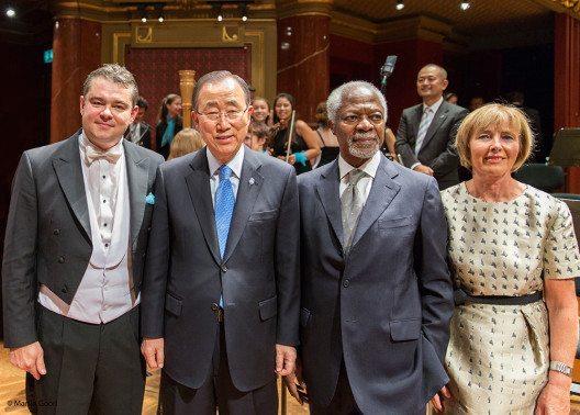 Ban Ki-moon und Kofi Annan neben Antoine Marguier, dem Dirigenten des UN Orchesters, und dessen Präsidentin Martine Coppens. (Bild: © obs/United Nations Orchestra)