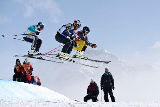 Hohe Sprünge auf der Ski Cross Piste