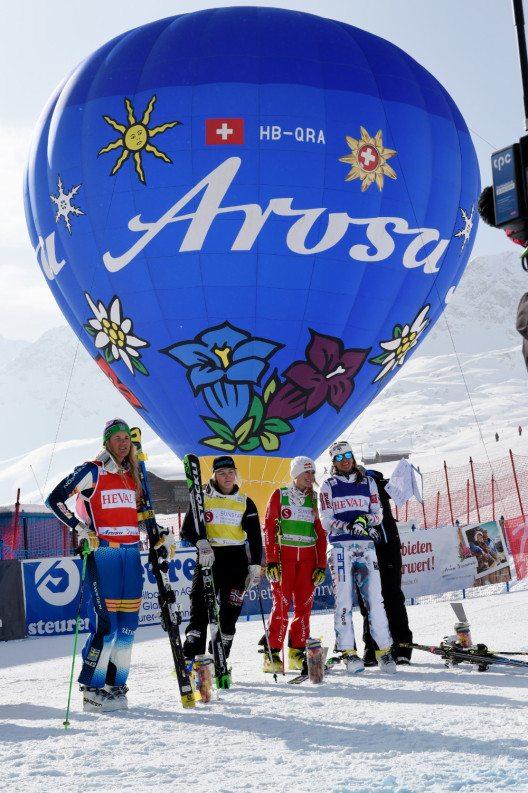 Die Sportler warten vor dem Arosa Heissluftballon