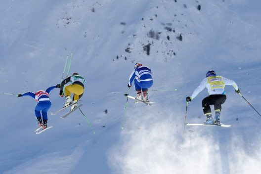 Schöne Rückenansicht der Ski Cross Fahrer