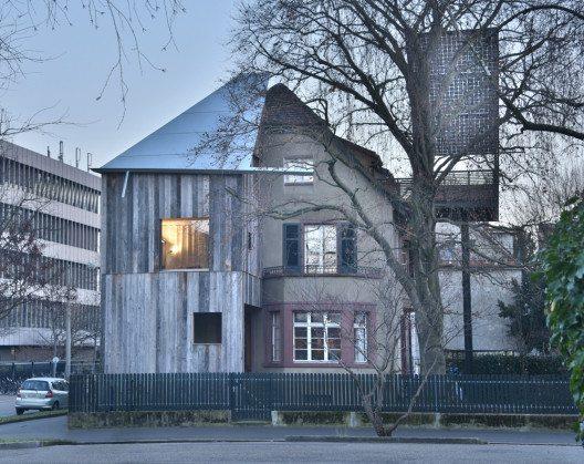 Haus mit einem Baum (Bild: © Rolf Frei, Weil am Rhein/Prix Lignum 2015)