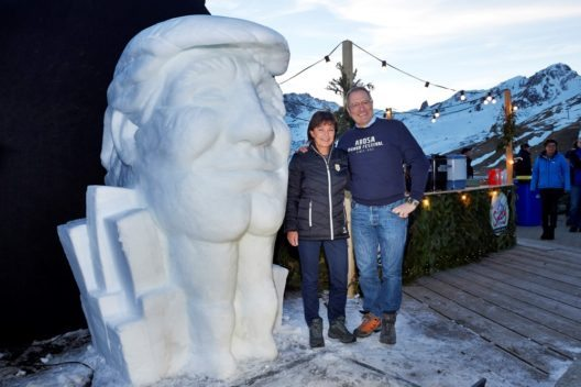 Monika Fasnacht und Frank Baumann neben dem Schneemann des Jahres 2016