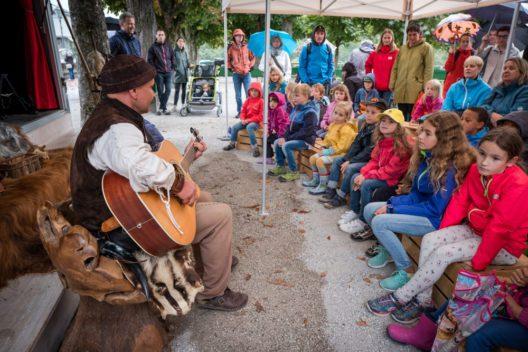 Kinder hören einem Geschichtenerzähler zu