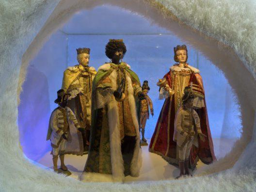 Die Nonnen aus dem Kloster St. Anna in Luzern haben die grossen, mit prachtvollen Stoffen bekleideten Figuren für die Krippe in ihrer Klosterkirche geschaffen. Dies geschah in einer Zeit, als Krippen einzig in den Kirchen die Heilsgeschichte veranschaulichten. Spätes 17. – 19. Jh. Diverse Materialien. (Bild: © Schweizerisches Nationalmuseum)