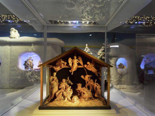 Die grösste und schönste Krippe von Ildefons Curiger zeigt die Heilige Familie, Ochs und Esel, drei Hirten sowie drei schwebende Engel. Um 1820. Ildefons Curiger. Ton gebrannt, Figuren teils mit Wachs überzogen, monochrom gefasst. (Bild: © Schweizerisches Nationalmuseum)