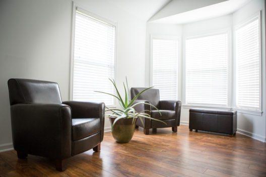 Laminat kann einem Raum einen natürlichen Flair verleihen (Bild: © Gary Glaser - shutterstock.com)