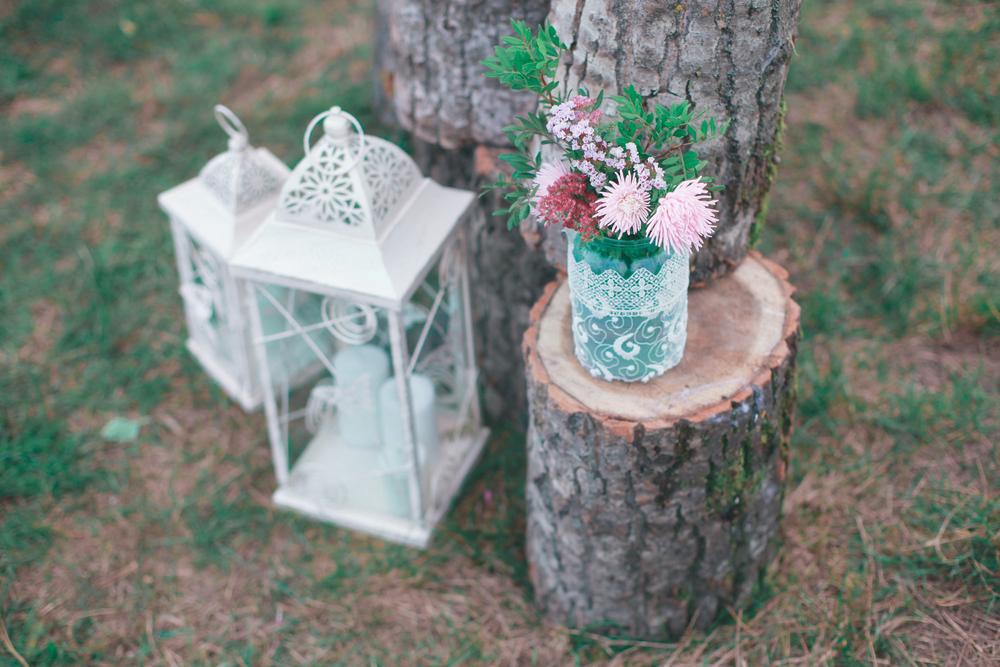 Baumstamm steht dekorativ vor einem Baum