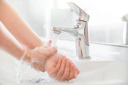 Sanfte Reinigung der Hände (Bild: flrwnx - shutterstock.com)